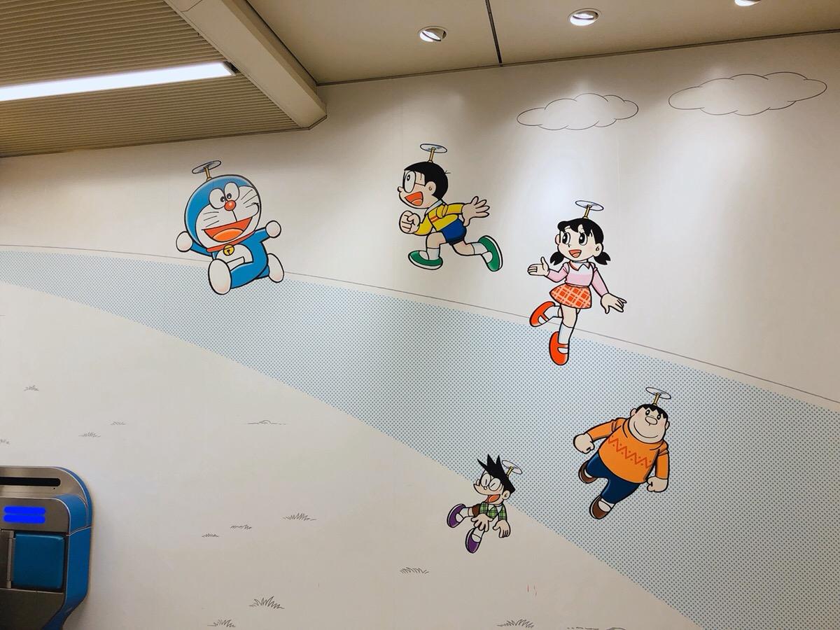 登戸駅の壁